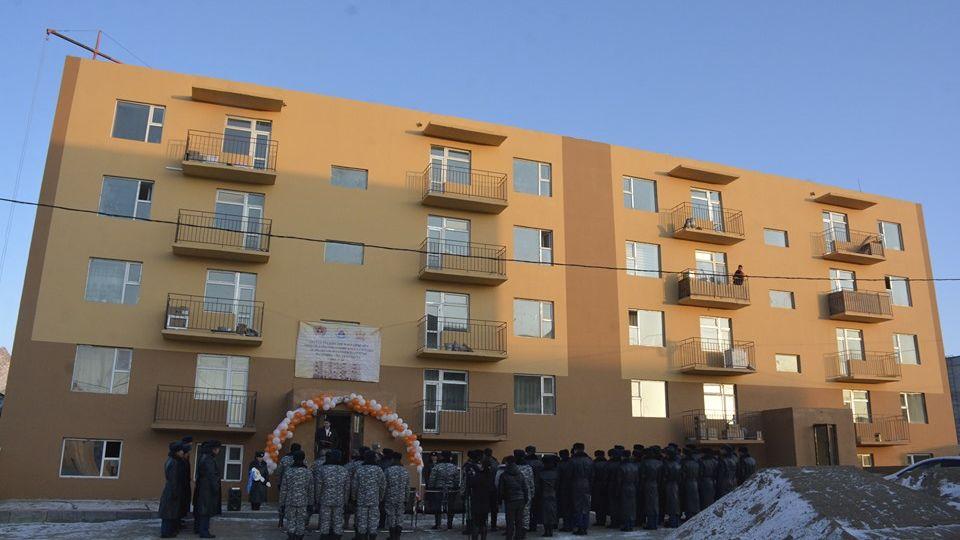 Баруун бүсийн төв-Ховд аймгийн Онцгой байдлын газар 24 айлын орон сууцыг ашиглалтад оруулж, алба хаагчдад түлхүүрийг нь гардууллаа